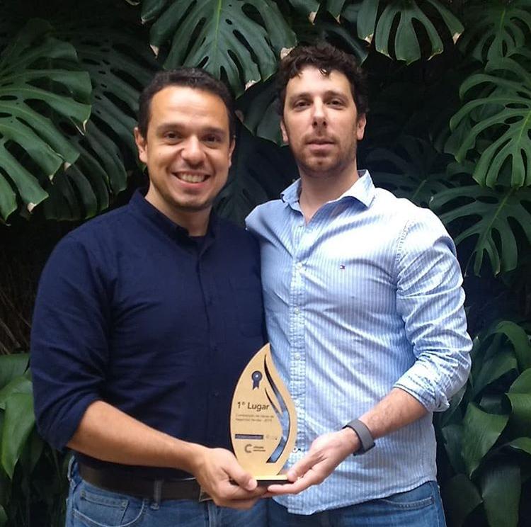 Rodrigo Oliveira (CEO) e Leandro Metropolo (CTO) recebendo o troféu na premiação.